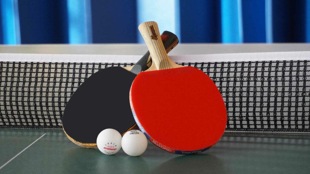 Tischtennis-Schläger und -Bälle